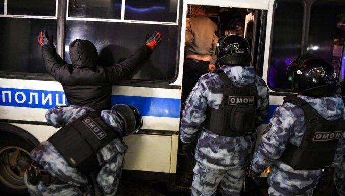 Video: Maskavā aizturētie paši stumj noslāpušu policijas autobusu