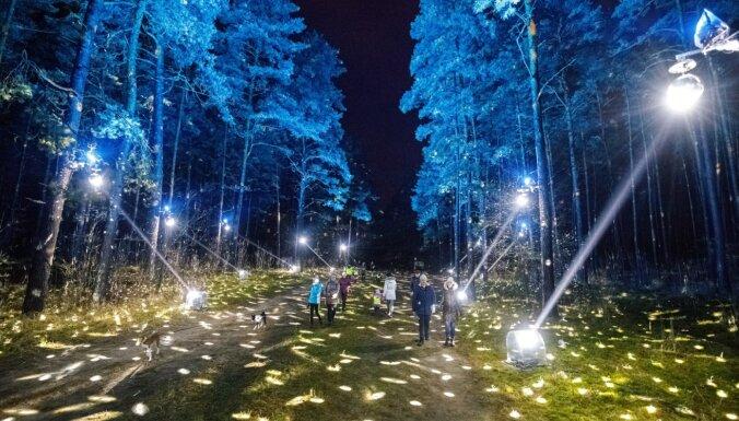 Atjaunots svētku izgaismojums Biķernieku un Anniņmuižas pastaigu takās