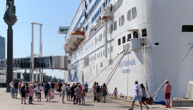 Foto: 'Silja Serenade' pirmajā reisā uz Rīgu atved 1500 tūristus