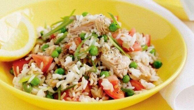 Pikantie tunča salāti ar rīsiem, dārzeņiem un vārītu olu