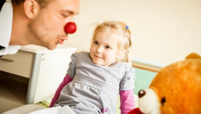 """Доктор Клоун, кто ты? Четыре истории о тех, кто """"раскрашивает"""" будни маленьких пациентов"""