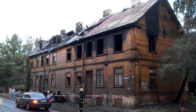 Ugunsgrēks Valmieras ielā vēl vairāk izposta pašvaldībai piederošu neapdzīvotu ēku