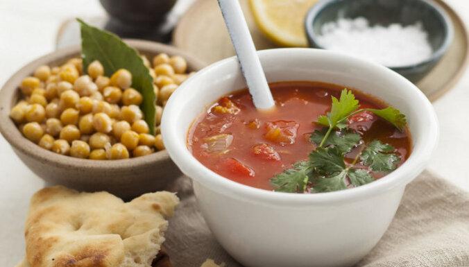 Konservētu tomātu zupa ar turku zirņiem
