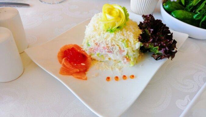 Лосось под белой шубой - сытный слоеный салат