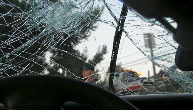 Cтолкнулись Opel и лесовоз: пострадал водитель