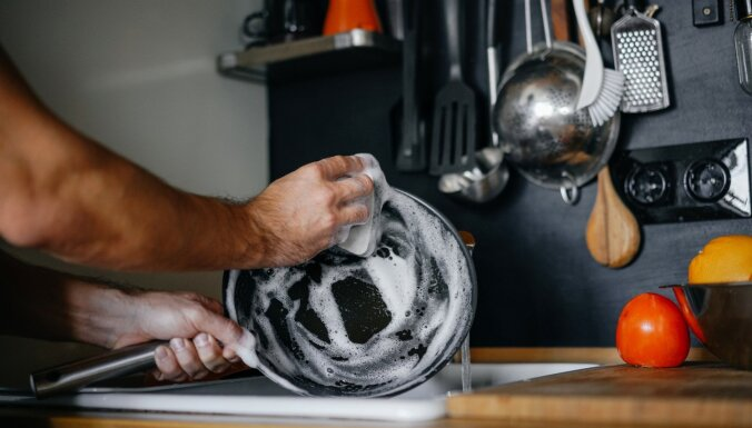 Kāpēc nav ieteicams pēc gatavošanas pannā liet aukstu ūdeni