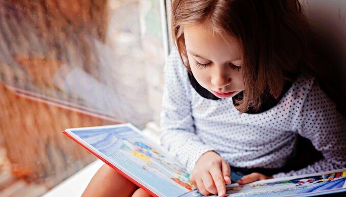 Kāpēc lasītprasmi ir grūti apgūt bērnudārzā? Atbild Montesori pedagoģe