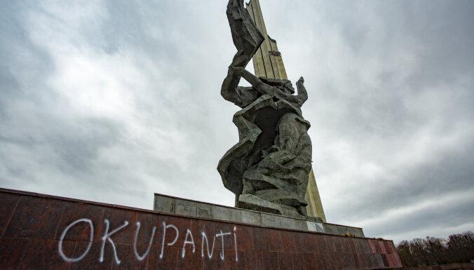 Policija sākusi kriminālprocesu par Uzvaras pieminekļa apķēpāšanu ar uzrakstu 'okupanti'