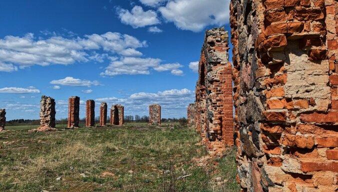 Drupas Smiltenē, kas atgādina populāro Stounhendžu