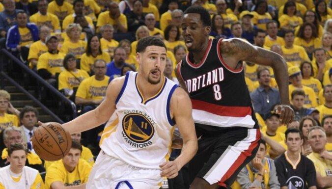 'Warriors' gūst otro uzvaru pār 'Trail Blazers'; 'Heat' papildlaikā pieveic 'Raptors'