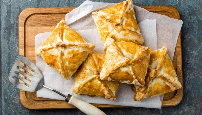 Пирожки с ревенем и клубникой