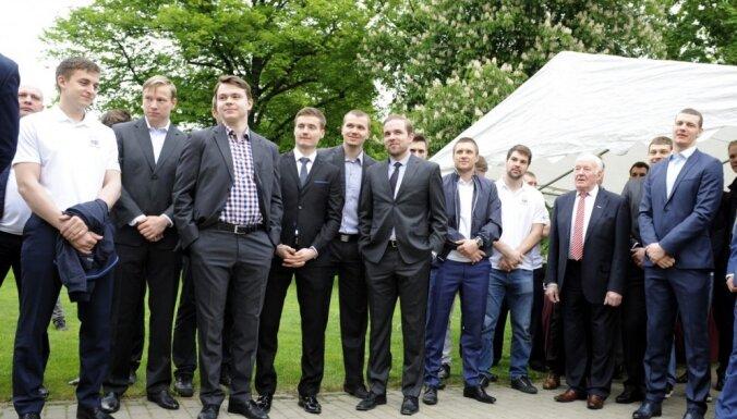 ФОТО: Хоккеисты сборной Латвии в Москве побывали в гостях у посла