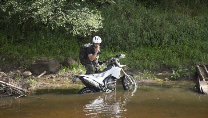 Iepazīstam Latvijas pierobežu: kā ar moci nogrimt upē un uzbraukt augstākajā pilskalnā
