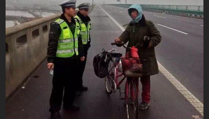 Ķīnietis ar velosipēdu veselu mēnesi braucis nepareizā virzienā