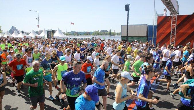 Foto: No profesionāļiem līdz tautai – 'Tet' Rīgas maratons svētdienas rīta svelmē