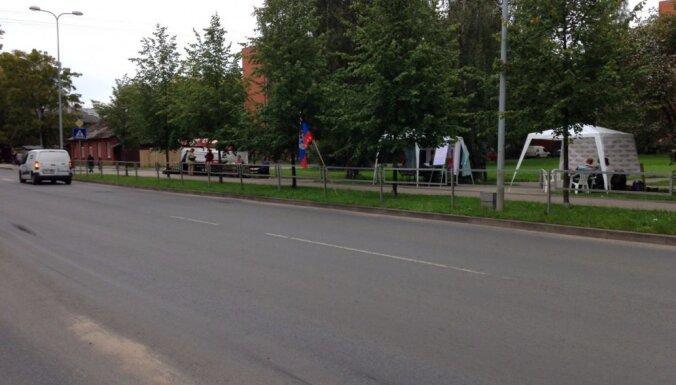 Aculiecinieks: Daugavgrīvā plīvo 'Doņeckas Tautas Republikas' karogs