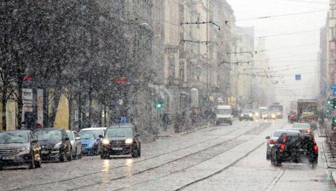 Tuvākajās dienās gaidāms stiprs vējš, lietus, sniegs un saule