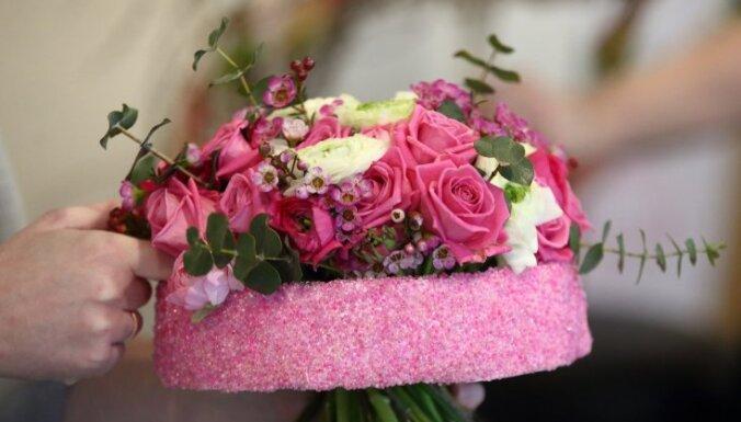 No līgavas pušķiem līdz ziedu piespraudēm – floristikas meistarstiķi kāzu tematikā