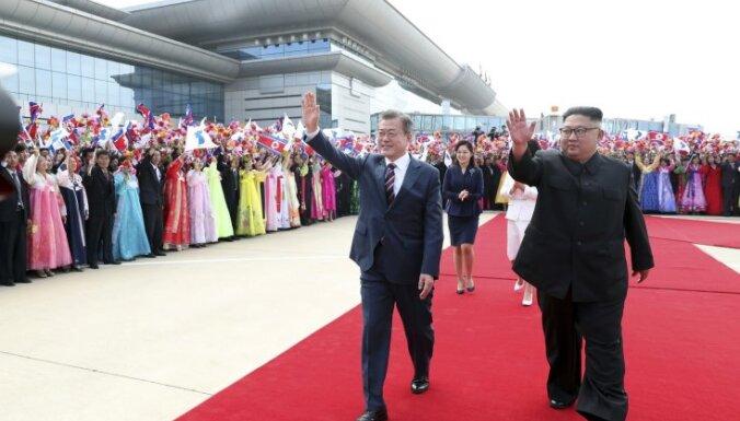 Foto: Phenjanā krāšņi sagaida Dienvidkorejas prezidentu