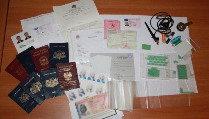 Brīvdienās robežsargi aiztur deviņus ārvalstniekus ar viltotiem dokumentiem