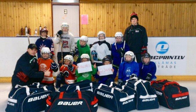 Oskars Bārtulis dāvina ekipējumu Talsu hokeja kluba bērniem
