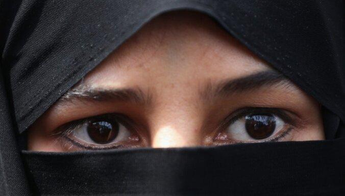 Irānā hidžabu protestos aizturētas 29 sievietes