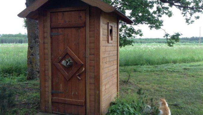 Rīgā glābēji atbrīvo tualetē iesprūdušu sievieti