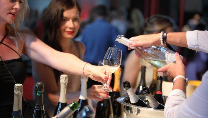Foto: Šampanieša mīļotāji tiekas dzirkstošajā Burbuļu parādē
