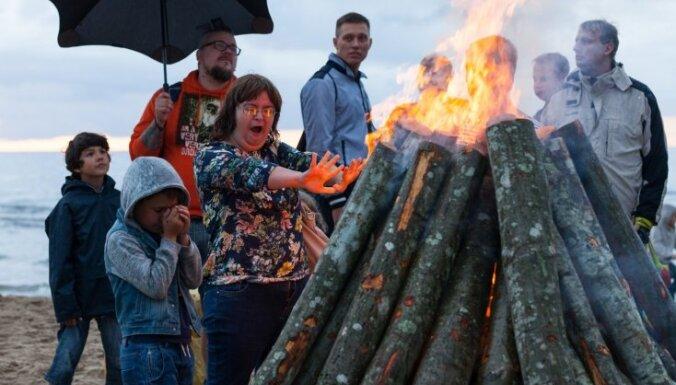Foto: Ļaudis bauda 'Senās uguns nakti' Vakarbuļļu pludmalē