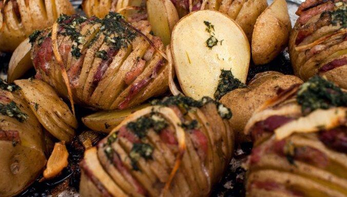 Karaliskie krāsnī ceptie kartupeļi ar bekona un siera pildījumu