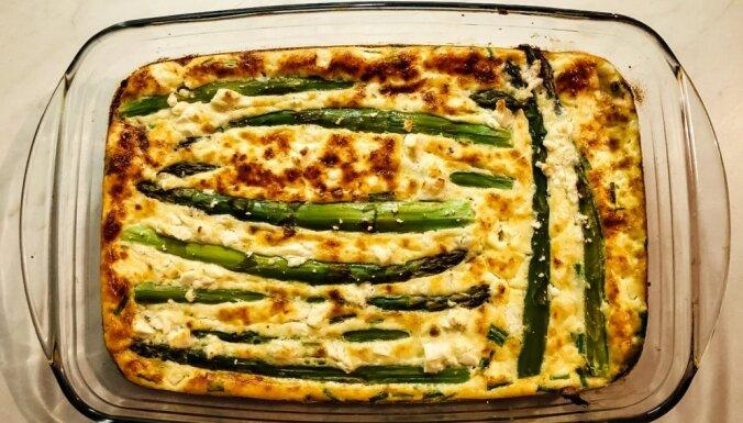 Soli pa solim: krāsnī cepta itāliešu 'fritatta' ar sparģeļiem un fetas sieru