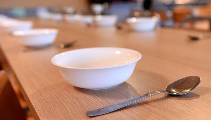 Смилтенские дети заболели из-за нарушений гигиены в кухне столовой