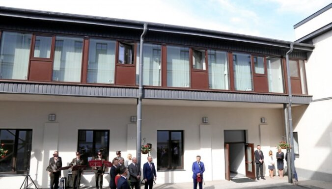 Foto: Amatpersonas priecājas par jauno KNAB ēku