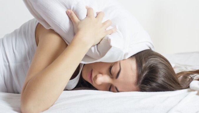 Uz vēdera, muguras vai sāniem? Drošas gulēšanas pozīcijas grūtniecības laikā