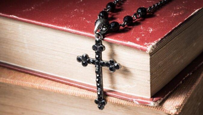 Dievkalpojumi nav 'ne privāti, ne publiski' un uz tiem pulcēšanās ierobežojumi neattiecas, paziņo TM