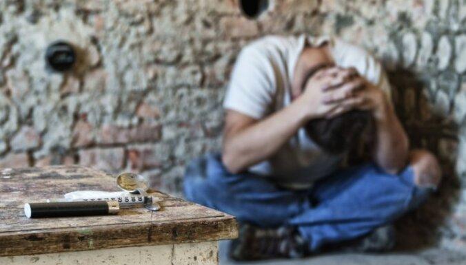 Мужчина заснул на улице под влиянием наркотиков