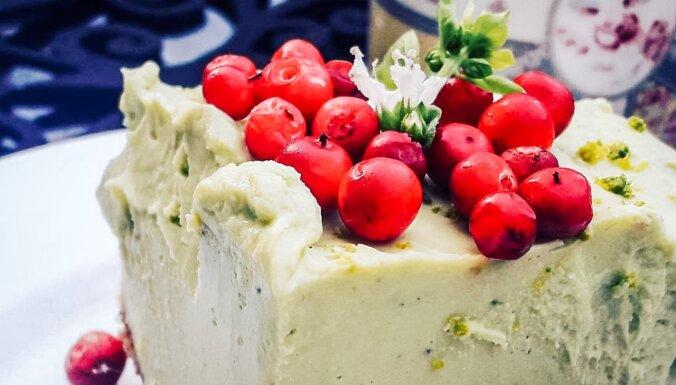 Pievilcīgā brūkleņu–bazilika siera kūka