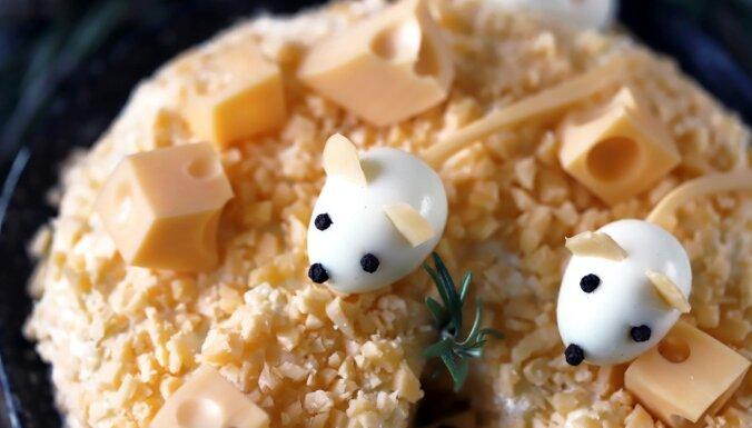 Nesvīsti pie plīts! 20 ģeniāli vienkāršas siera salātu receptes svētkiem