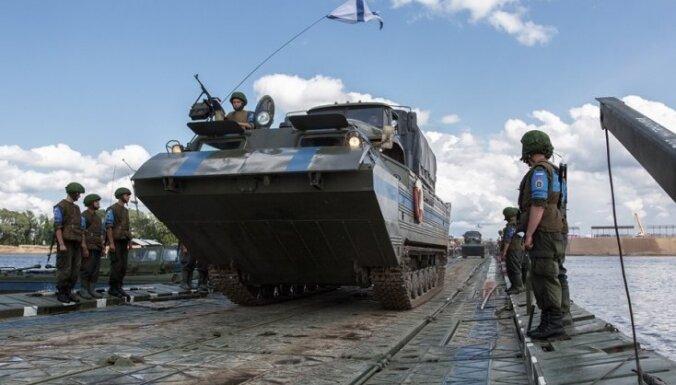 300 metru ūdensšķēršļa pārvarēšana: kā Krievijas kara inženieri būvē pontontiltu