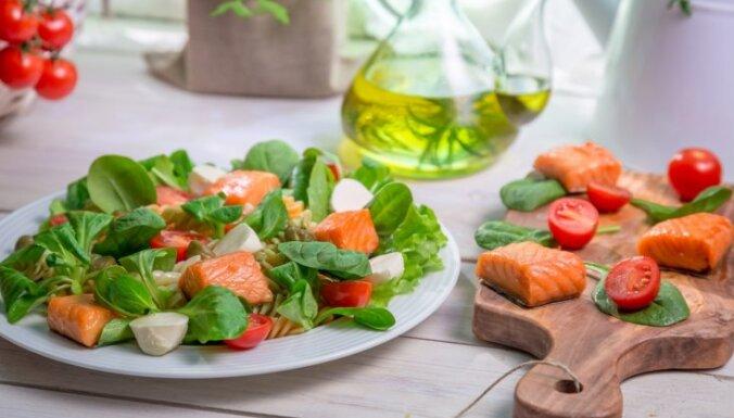 Kārdinošie laša salāti: 16 receptes ar mazsālītu, konservētu vai kūpinātu lielo zivi