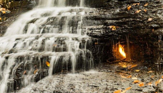 Īpatnējs ūdenskritums, kuru rotā mūžīgā liesma