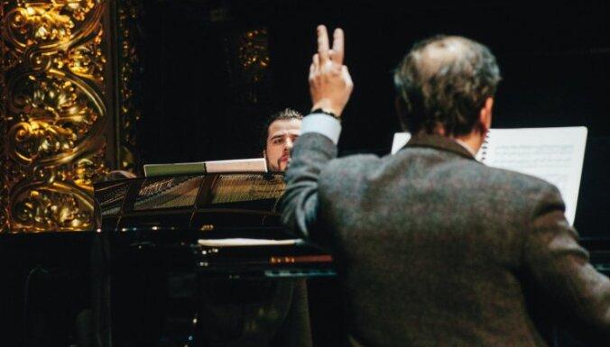 Отец и дети. Пианисты Осокины: если нечего сказать, то красный рояль и перья не помогут!