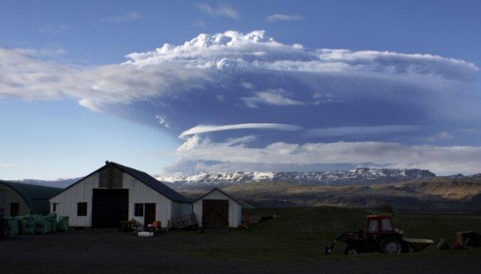 Grimsvotna dūmi paceļas 20 kilometru augstumā; avioreisus nosūta pa apkārtceļiem