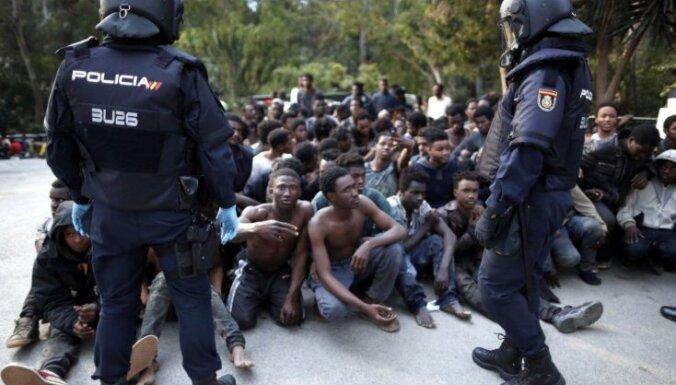 Более 700 африканцев прорвались на территорию испанского эксклава Сеута