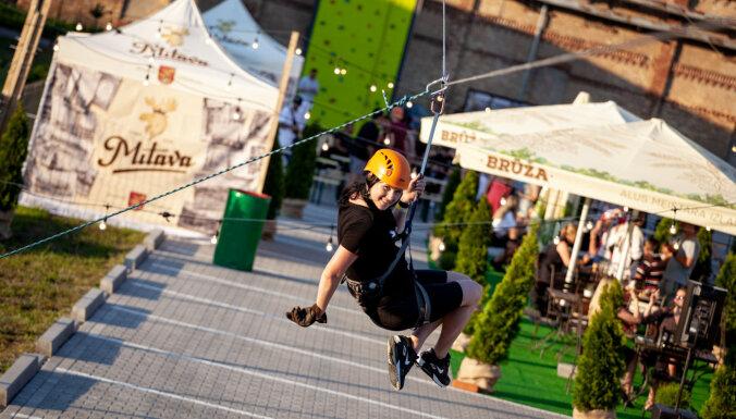 ФОТО. В Риге появилась уникальная башня для скалолазания, zip-line спуска и прогулок по вертикали
