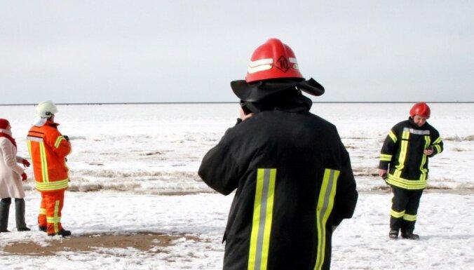 ЧП в Пярну: под лед провалились пять рыбаков из Латвии