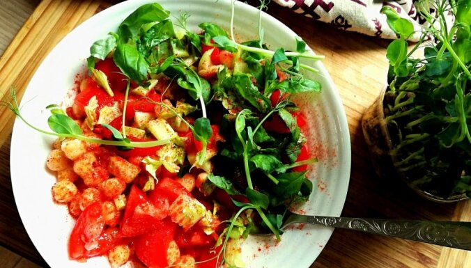 Ātrie turku zirņu salāti ar tomātiem, papriku un dīgstiem