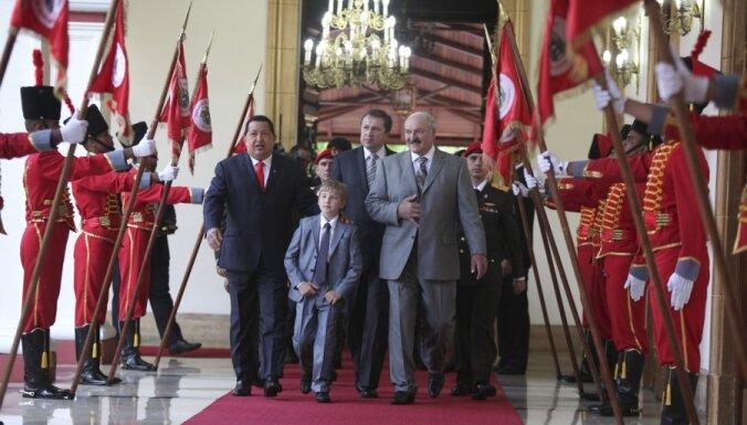 Лукашенко познакомил Чавеса со своим преемником Колей