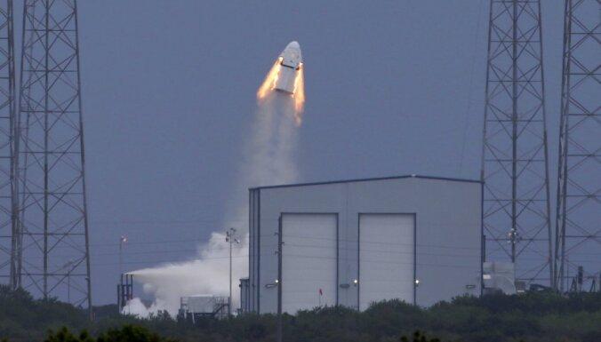 Foto: Kosmosa kuģis 'Dragon Crew', kam sestdien jāmaina visuma iekarošanas vēsture