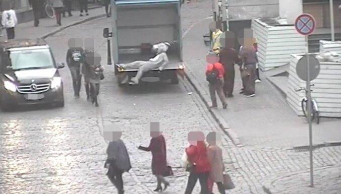 Иностранец в костюме осла стянул с друга штаны, оголив половые органы